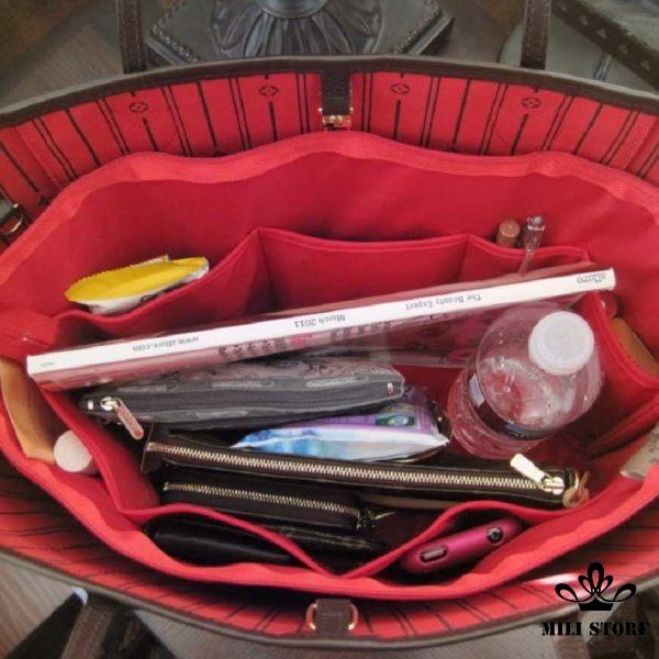 Bên trong túi xách tay Bên trong túi Louis Vuitton Neverfull MM Monogram lót đỏ đi làm