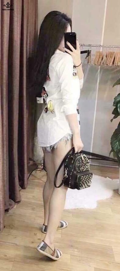 người mẫu balo tán đinh, gắn đinh trên túi balo đeo