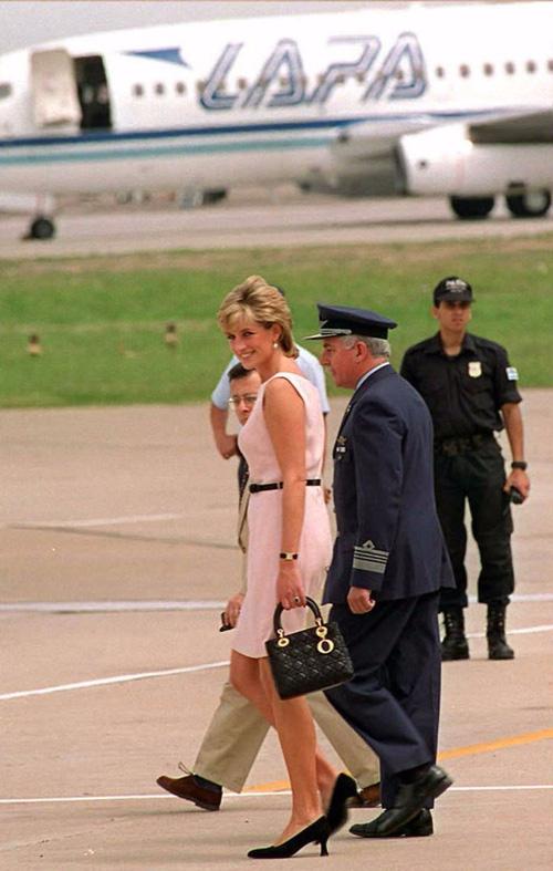 Công nương Diana: fashion icon hoàng phái  độc nhất  chiếm hữu  đến 2 mẫu túi đình đám được đặt theo tên mình-6
