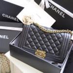 5 kiểu trang phục hợp mốt với túi xách Chanel Boy