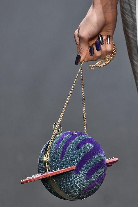 Chiếc túi lạ mắt mô phỏng hình địa cầu