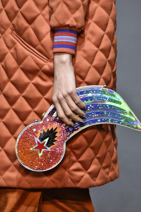 Mẫu túi đính kim sa lạ mắt của Manish Arora