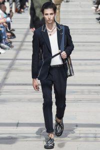 Sao phối đồ cá tính với phụ kiện Louis Vuitton %%