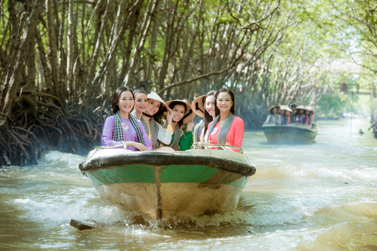 Thí sinh Hoa hậu Việt Nam 2016 bị khỉ giật mất túi đựng giày