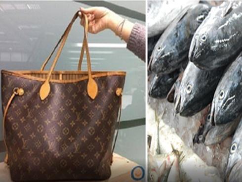 Túi xách LV nghìn đô chỉ để cho bà cụ sành điệu đựng cá sống