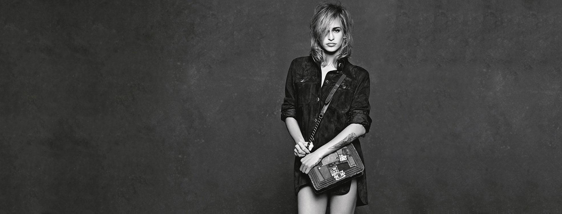 Người mẫu đeo túi xách Chanel Boy