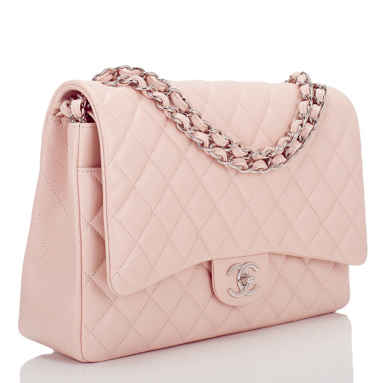 Bạn có thể đựng gì trong chiếc túi xách nữ Chanel Flap Bag size maxi