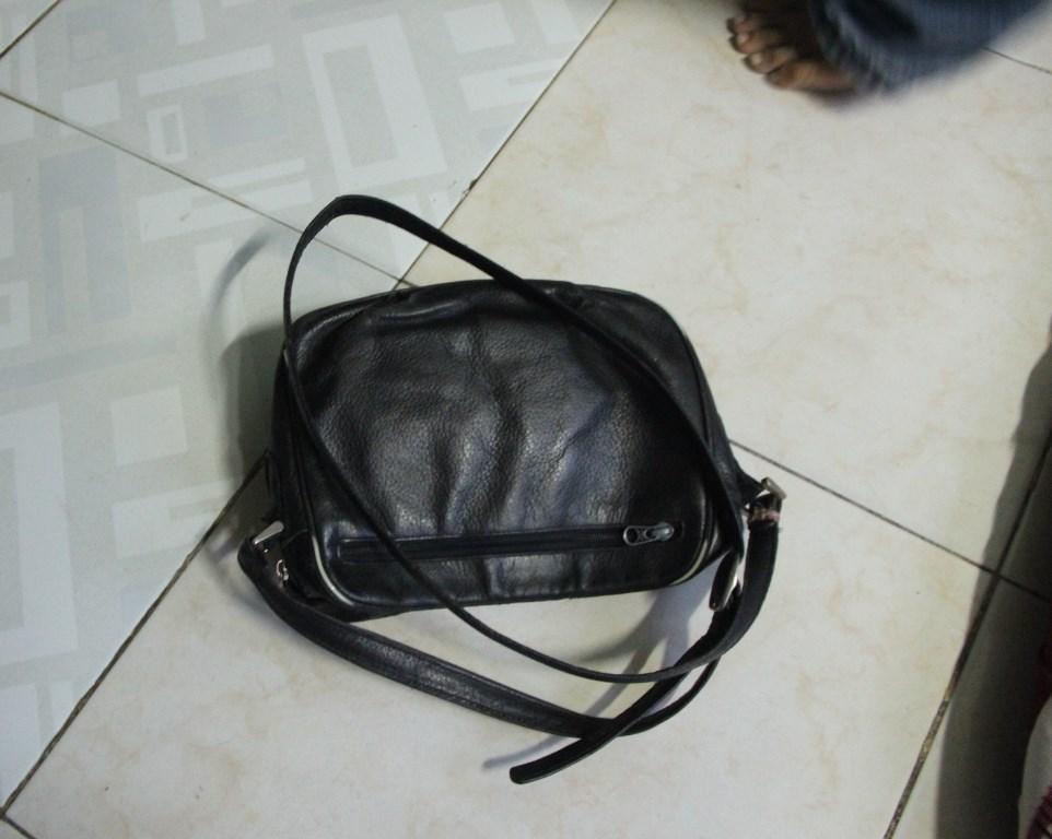 Chiếc túi cách chứa vé số là toàn bộ gia tài của chị Thanh