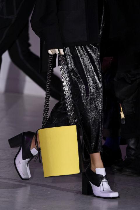 Túi xách hai màu đen và vàng rất thanh lịch của Wanda Nylon