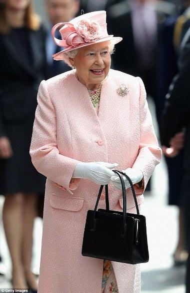 Những thông báo ngầm trong cách sử dụng túi xách của Nữ hoàng Anh