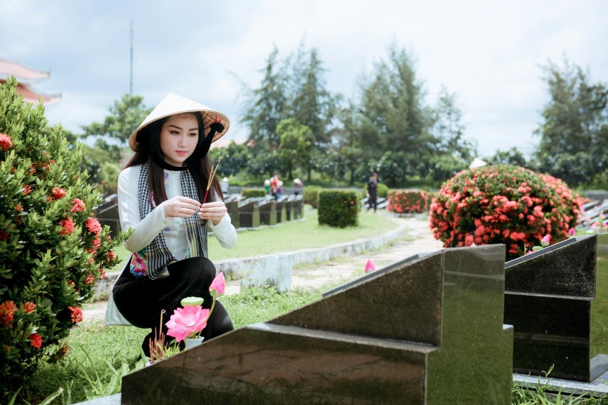 Thành kính thắp từng nén hương thơm lên từng ngôi mộ.