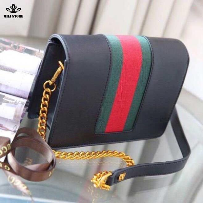 Phía sau túi Gucci hộp màu đen viền túi Đỏ Xanh